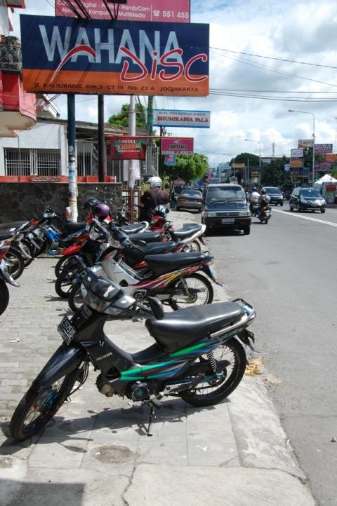 parkir motor dimanapun, tidak masalaaah..